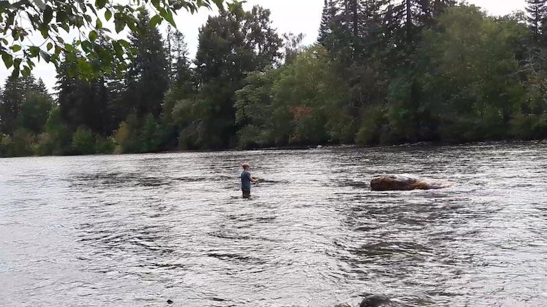 Bernd versucht sich beim Fliegenfischen, Campbell River | wat-erleben