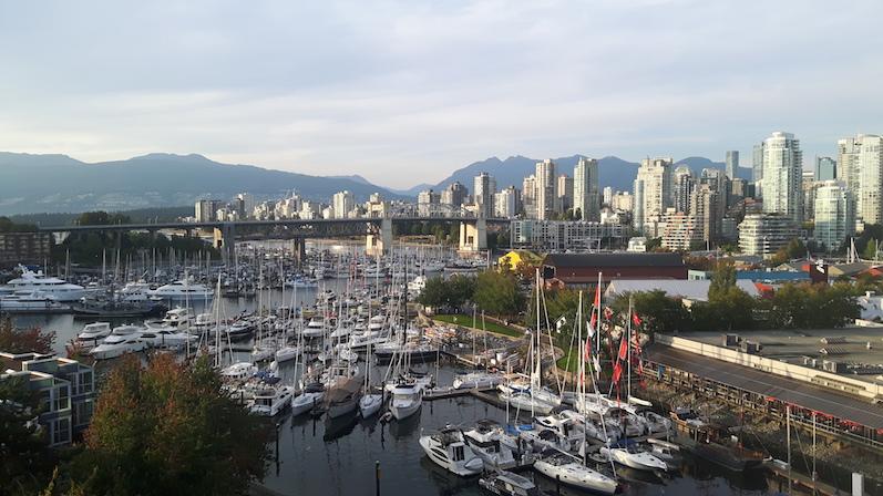 Blick auf Vancouver von der Brücke Richtung Granville Island | wat-erleben