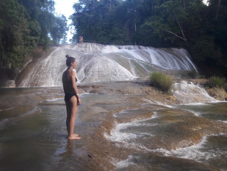 Laura kann es nicht fassen, dass Can gleich den Wasserfall hinunterspringt, Palenque | wat-erleben