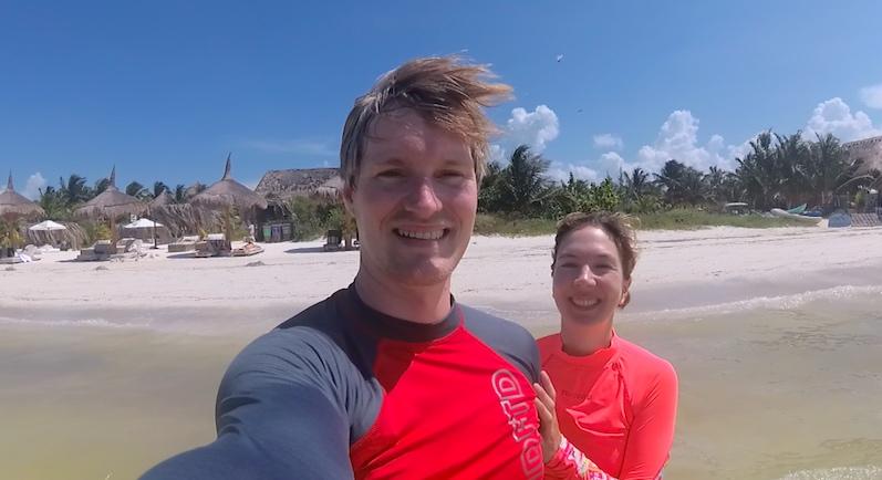 Unser Strandspaziergang, ja, mit UV Shirt, Isla Holbox | wat-erleben