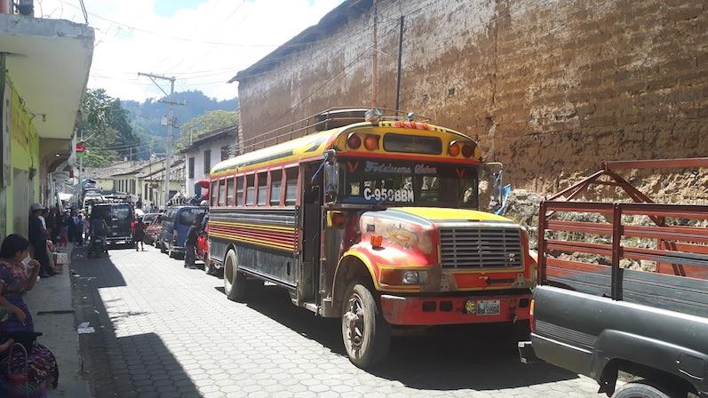 Alte Schulbusse aus den USA mit LKW Motor - Chicken Bus in Chichi | wat-erleben