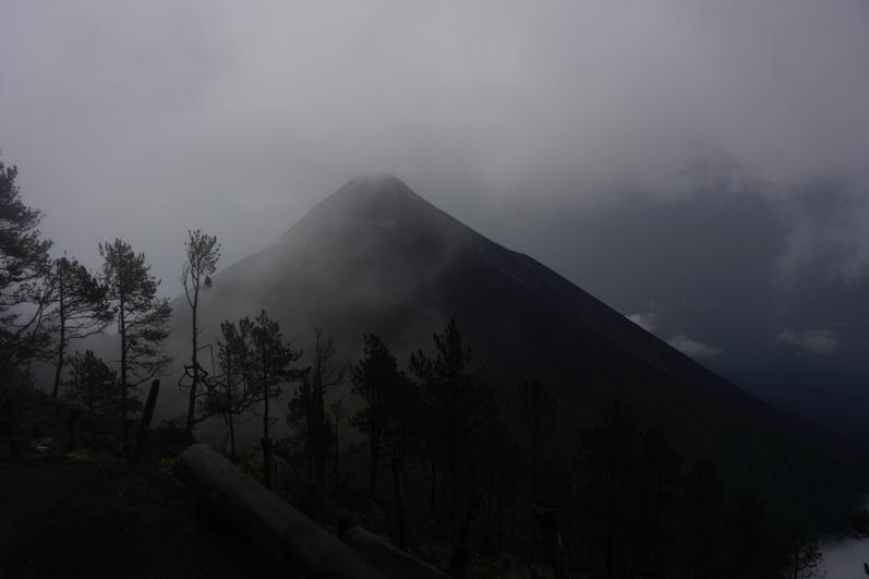 Anfangs war die Sicht auf den Vulkan Fuego noch schlecht, aber immerhin schon sichtbar | wat-erleben