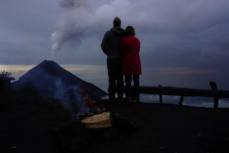 Blick vom Vulkan Acatenango auf den Fuego, unsere Anziehsachen stanken nach dem Lagerfeuer erbärmlich :O | wat-erleben