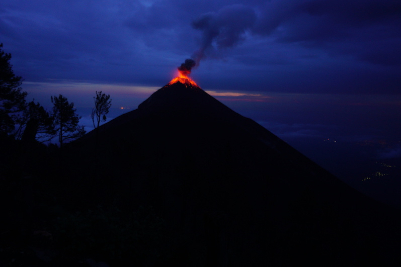 Der Vulkan Fuego nach Sonnenuntergang | wat-erleben