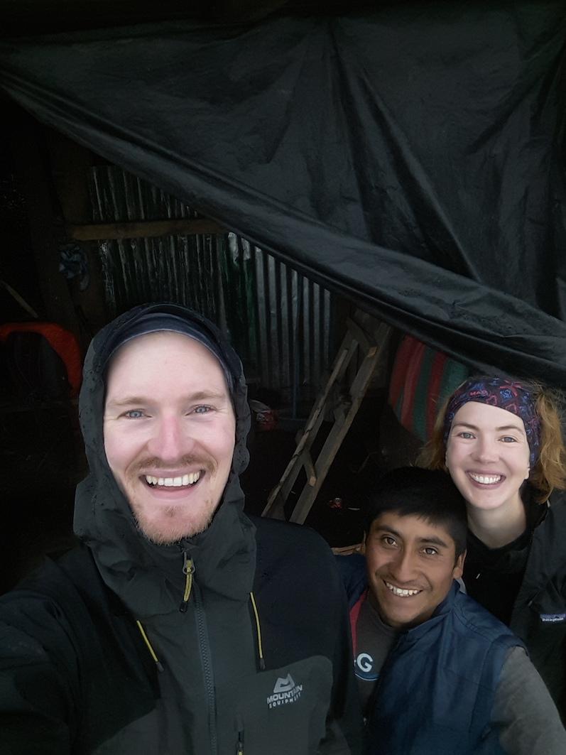 Glücklich am Basecamp angekommen, zusammen mit unserem Guide Oswaldo, Vulkan Acatenango | wat-erleben