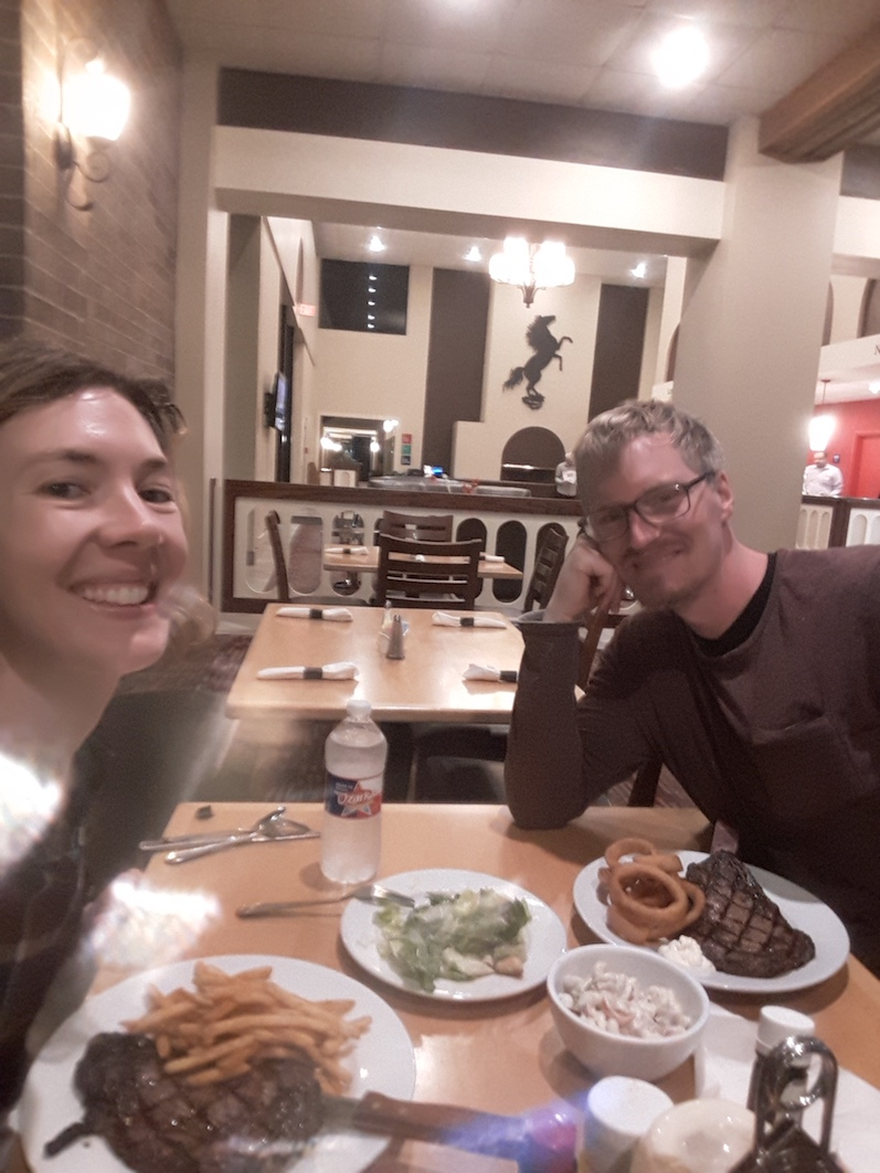 Nach acht Stunden Verspätung gab es im Hotel in Houston, Texas erst einmal ein Rib Eye Steak | wat-erleben