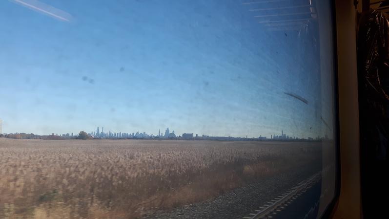 Das erste Mal wieder in NYC, der Blick aus dem dreckigen Zugfenster | wat-erleben