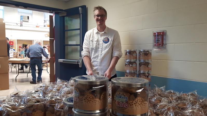 Bernd beim Verpacken der Kekse | wat-erleben