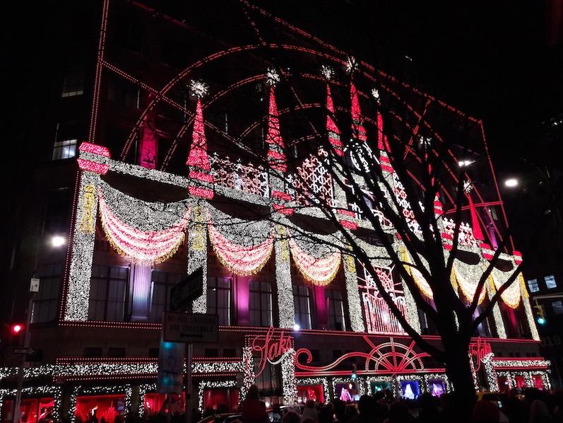 Die Lichtershow von Saks on 5th Avenue, NYC | wat-erleben