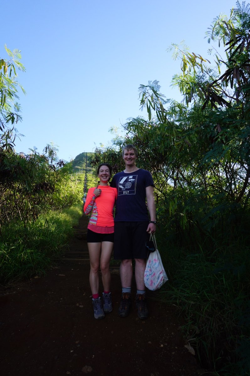 Unser Finisher Foto - im Hintergrund sieht man beim genauen Hingucken den steilen Koko Trail, O´ahu | wat-erleben