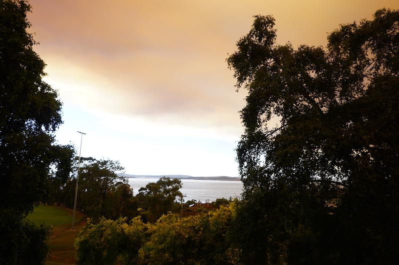 Blick von unserem aktuellen Helpx aus, leider aktuell mit Buschfeuer-Himmel | wat-erleben