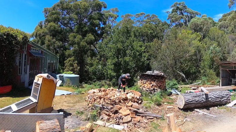 Wie unser Helpx-Gastgeber sagen würde- Holz schlichten - Bruny Island, Tasmanien | wat-erleben