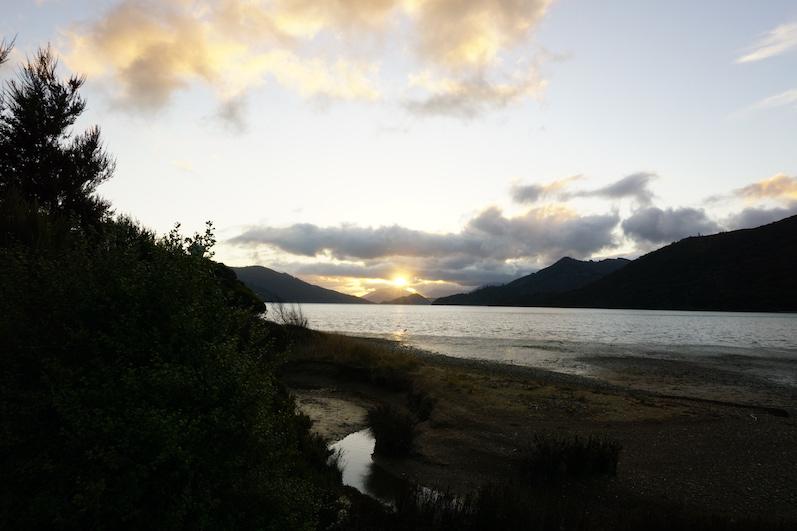 Das Gefühl, wenn die Schotterpiste zu Asphalt wechselt, ist fast so schön wie dieser Sonnenuntergang, Marlborough Sounds, Neuseeland |wat-erleben