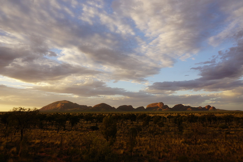 Die Kata Tjutas von der Seite, Uluru |wat-erleben