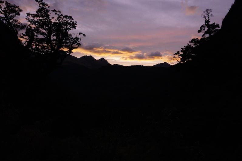 Endlich geht die Sonne auf und wir brauchen keine Stirnlampe mehr, Wanderung zum Lake Marian, Neuseeland | wat-erleben