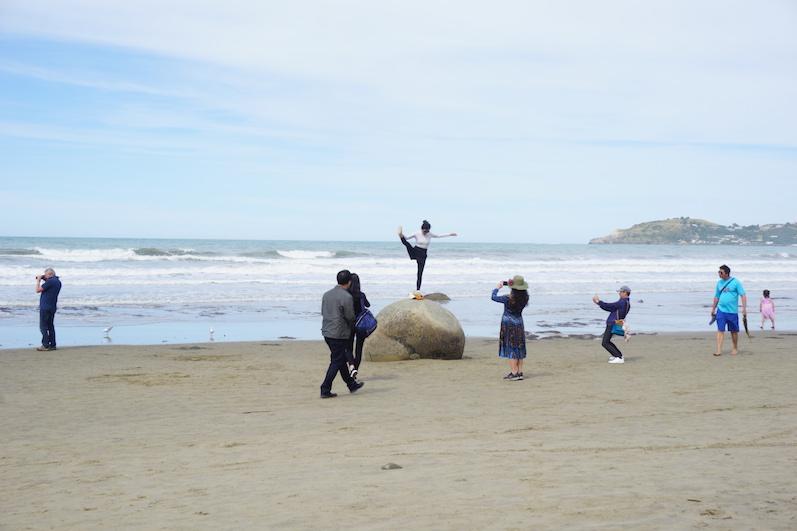 Es ist wirklich interessant, Leute beim Fotomachen zu beobachten, Moeraki Boulders, Neuseeland | wat-erleben