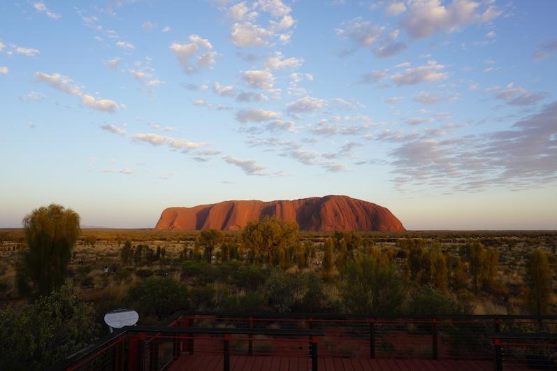 Kurz nach Sonnenaufgang sind alle Reisebusse bereits wieder verschwunden, Uluru | wat-erleben