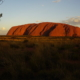 Während die Sonne untergeht, wechselt die Farbe ins Tiefrot, Uluru | wat-erleben