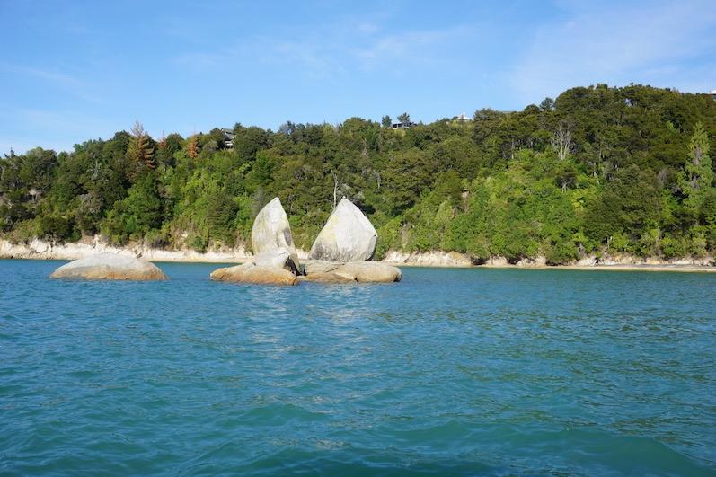 Wie vom Blitz getroffen, Split Apple Rock, Abel Tasman NP, Neuseeland |wat-erleben
