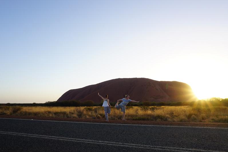 Yoga bei Sonnenaufgang hielt uns fit, man spürt förmlich die Energie des Felsens, Uluru |wat-erleben