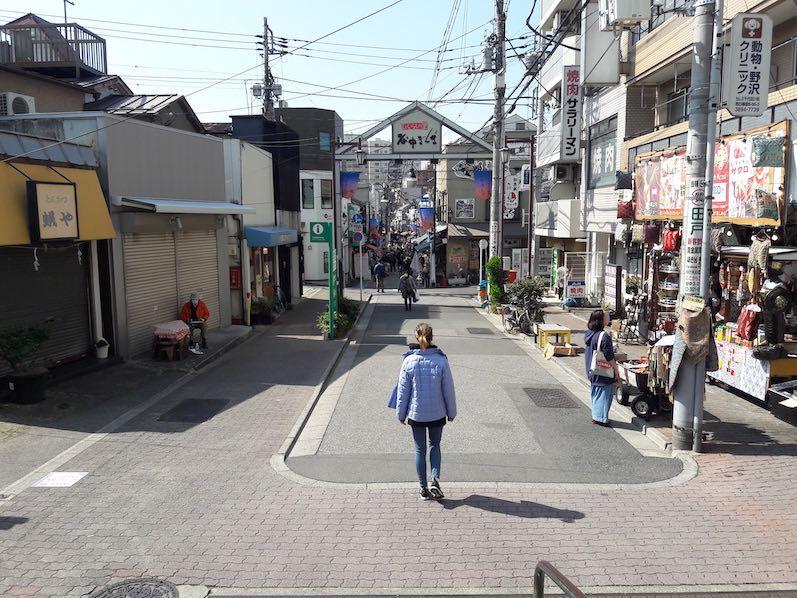 Allein, allein, leere Straße in Yanaka Ginza, Tokio | wat-erleben