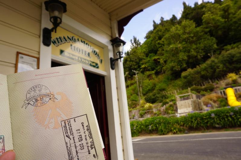 Auf dem Forgotten Highway gibt es den Ort Whangamomona, in der Kneipe gibt es eigens einen Reisestempel, da der Ort 1989 bei einer Schnapsidee eine unabhängige Republik werden wollte, Neuseeland | wat-erleben