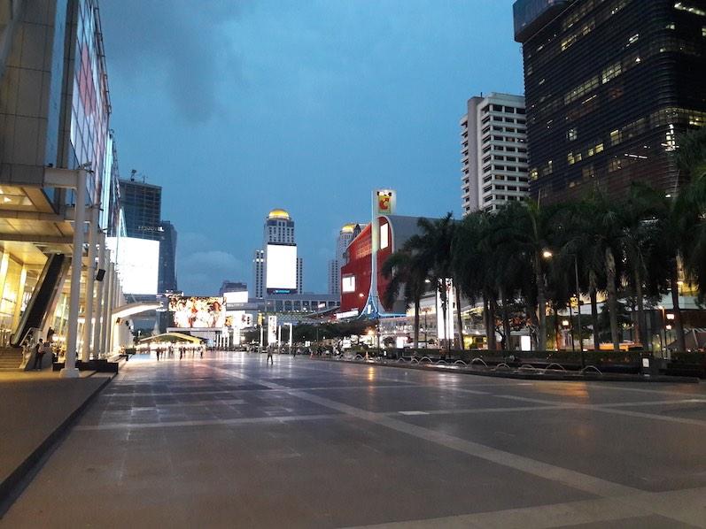 Ausgestorbene Plätze (und sauber) bei den Luxus-Malls, Bangkok, Thailand | wat-erleben