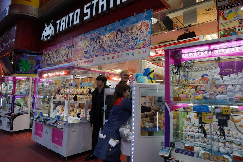 Besucher hatten sich von der Mitarbeiterin Tipps geben lassen, Spielhölle, Akihabara, Tokio | wat-erleben