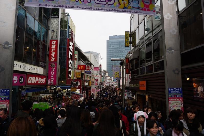 Bis hinten voll - vorne eine Hasenmütze, die Ohren winken wenn man drauf drückt, Harajuku, Japan |wat-erleben
