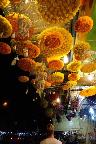 Blumen-Markt am späten Abend, schön zum anschauen und riechen, Bangkok, Thailand | wat-erleben