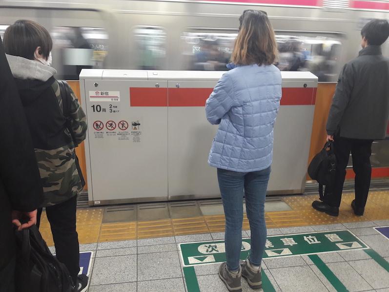 Brav Anstehen auf dem Weg zum Mount Takao, Metro, Tokio | wat-erleben