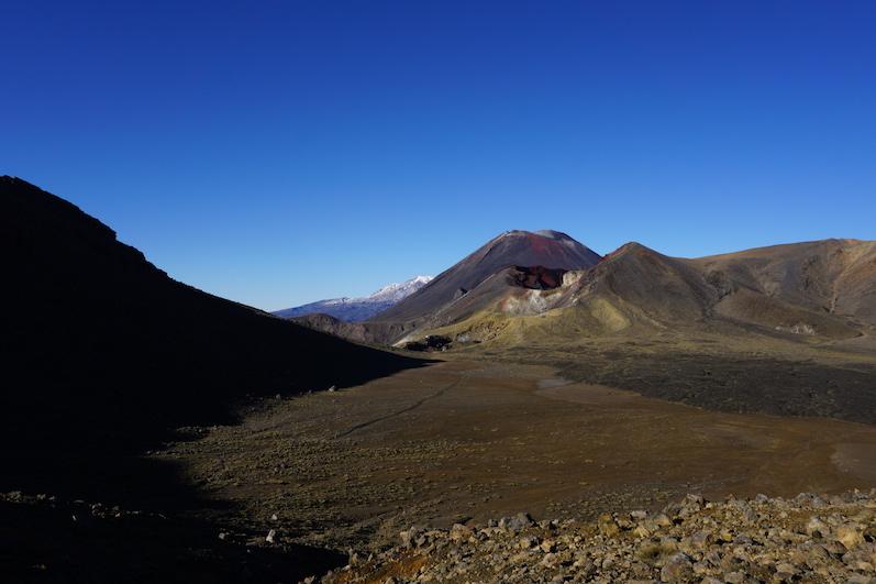 Da rechts ist übrigens dieser ominöse Schicksalsberg, Tongariro Alpine Crossing, Neuseeland | wat-erleben
