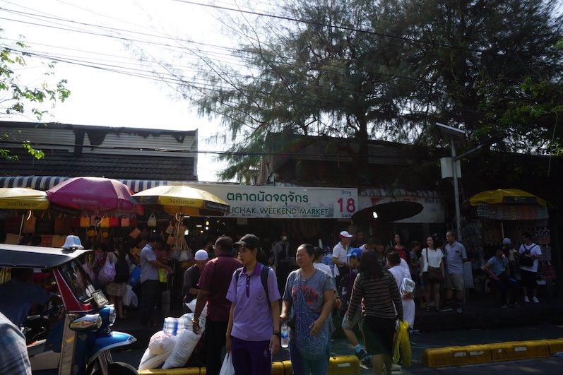 Der Eingang zum Chatuchak-Market, nur ein wenig voll, Bangkok, Thailand | wat-erleben