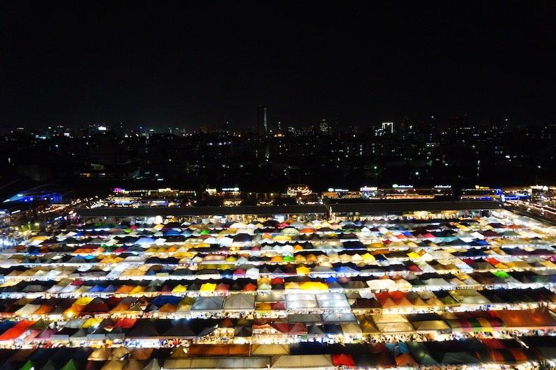 Der Rot Fai Market Ratchada, sieht von oben unserer Meinung nach schöner aus, als er ist, Bangkok, Thailand | wat-erleben