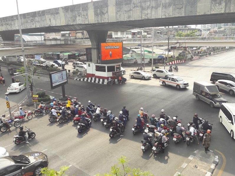 Die Roller-Gang ohne Verkehrsregeln, die mit den orangenen Westen kann man über Grab bestellen, Bangkok, Thailand | wat-erleben