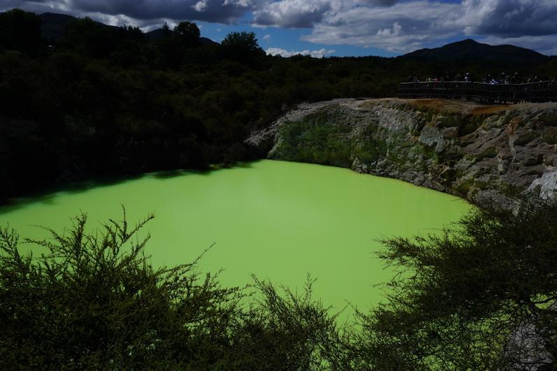 Die bunten Farben entstehen übrigens aufgrund der Oxidation mit verschiedenen Mineralien, Wai-O-Tapu, Neuseeland | wat-erleben