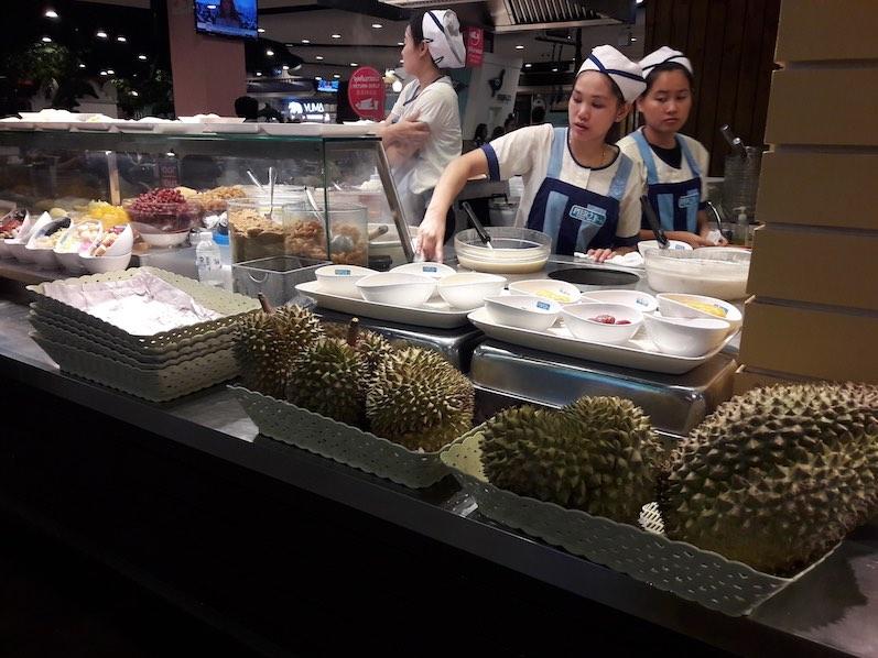 Durian mit Eis. Wenn die Frucht überreif ist, riecht sie angeblich nach Erbrochenem, Pipi und Essig. An U-Bahn-Stationen, in Hotels usw. gibt es daher Verbotsschilder, Bangkok, Thailand | wat-erleben