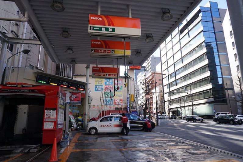 Einmal volltanken bitte, so platzsparend sind die Tankstellen, Tokio, Japan | wat-erleben
