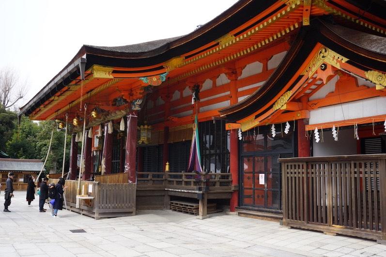 Erst wird geläutet, danach sein Wunsch vorgetragen, Fushimi-Schrein, Japan |wat-erleben