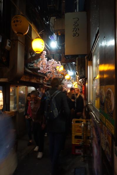 Gedränge in der Piss Alley, Shinjuku, Japan |wat-erleben