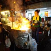 Gestern Abend gab es mal wieder Streetfood, ein freundlicher Thai half uns bei der Übersetzung, was wir aßen? Keine Ahnung, aber verdammt lecker, Bangkok, Thailand | wat-erleben