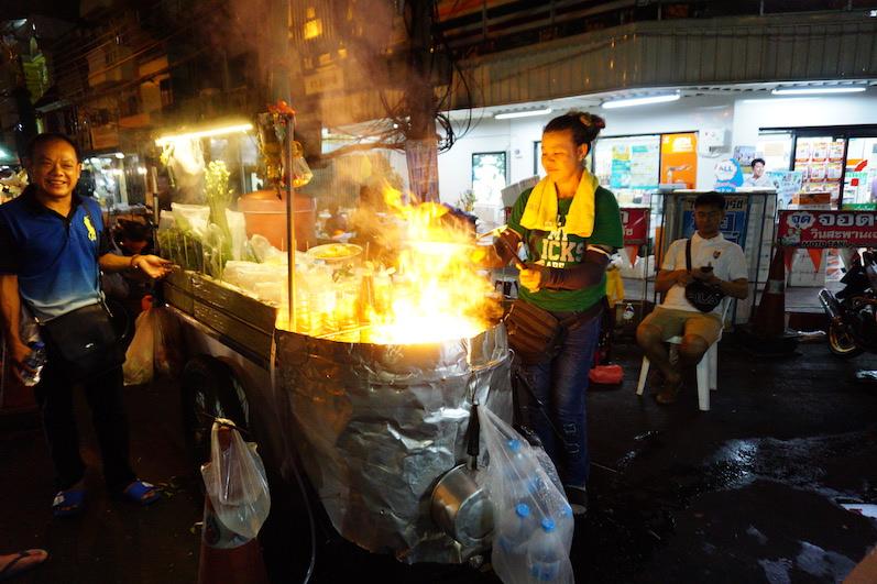 Gestern Abend gab es mal wieder Streetfood, ein freundlicher Thai half uns bei der Übersetzung. Was wir aßen? Keine Ahnung, aber verdammt lecker, Bangkok, Thailand | wat-erleben
