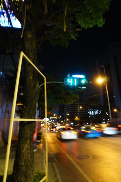 Ist ja schön, dass die Zeit der Grünphase angezeigt wird, hält sich aber eh keiner dran. Beim überqueren der Straße sollte man stets rennen, Bangkok, Thailand | wat-erleben