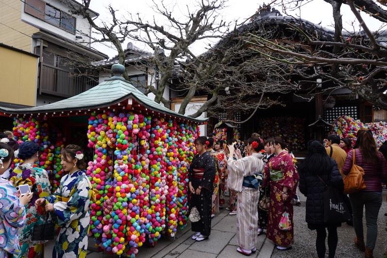 Jeder Ball beinhaltet einen Wunsch, Kyoto, Japan |wat-erleben