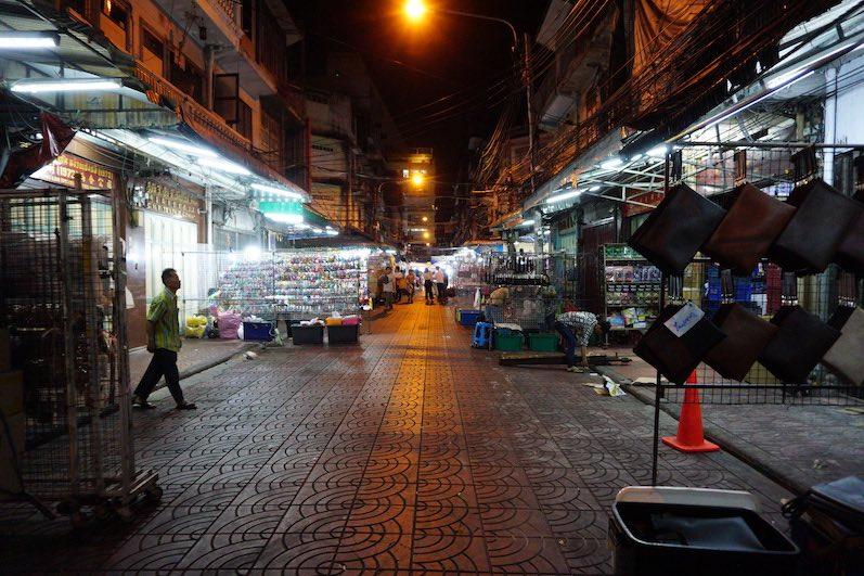 Kurz vor Mitternacht. Warum der Markt so leer war?Es wurde gerade aufgebaut. Wann schlafen die Thais eigentlich? Bangkok, Thailand | wat-erleben