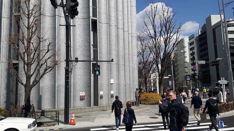 So läuft das hier mit den Ampeln, nicht nur das alle bei rot stehen bleiben, auch die ablaufende Zeit wird in Form von Punkten angezeigt, Tokio | wat-erleben