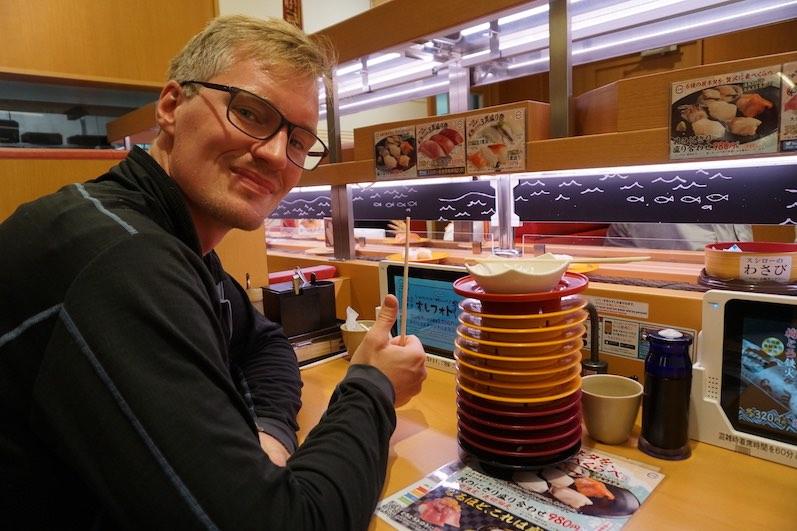Sushi-Karussell, Maßgeschneidert und vom Fließband, beides lecker, Tokio | wat-erleben