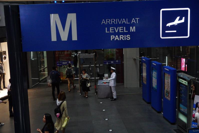 Terminal 21 heißt nicht umsonst so, das Gebäude ist wie ein Flughafen aufgebaut. Die Sicherheitskontrollen gibt es übrigens auch in den UBahnStationen, Bangkok, Thailand | wat-erleben