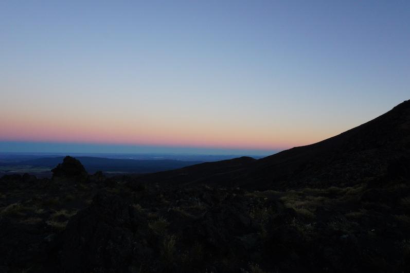 Tongariro Alpine Crossing, Stirnlampe aus, Sonne an, Neuseeland | wat-erleben