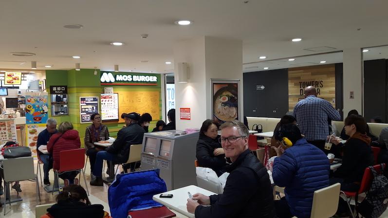 Völlig verblüfft, dass es in der Food Hall Sitzplätze gab, Tokio, Japan | wat-erleben
